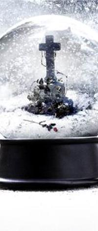 Аватар вконтакте Крест и роза на могиле в рождественской игрушке со стеклянным куполом