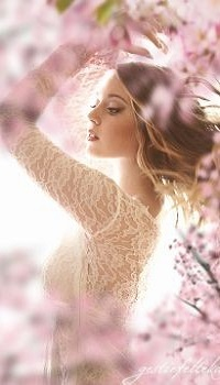 99px.ru аватар Девушка стоит у цветущего весеннего дерева, by gestiefeltekatze