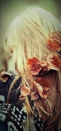 Аватар вконтакте Девушка с осенними листьями на волосах