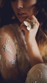 Аватар вконтакте Девушка с кольцом на руке в виде бабочки