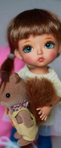 Аватар вконтакте Девочка - кукла с игрушечной белкой
