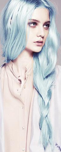 Аватар вконтакте Девушка с длинными голубыми волосами, собранными в косу