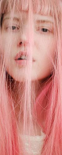 Аватар вконтакте Девушка с завешенным розовыми волосами лицом