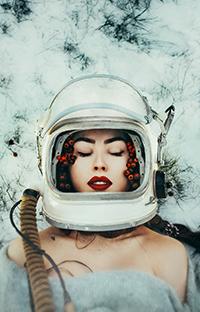 Аватар вконтакте Девушка в шлеме космонавта и с ягодами рябины лежит на снегу, фотографТихомиров Николай