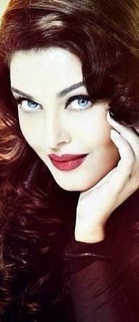 Аватар вконтакте Очаровательная брюнетка кокетливо смотрит, положив голову на руку / Aishwarya Rai / Айшвария Рай - индийская фотомодель и актриса