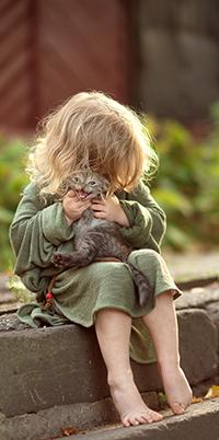 Аватар вконтакте Девочка с серым котенком в руках, сидящая на бордюре, фотограф Юлия Твердова