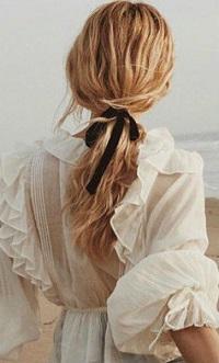 Аватар вконтакте Девушка-блондинка с ленточкой в волосах стоит к нам спиной