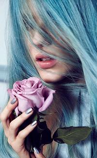 Аватар вконтакте Девушка с голубыми волосами с розой в руке