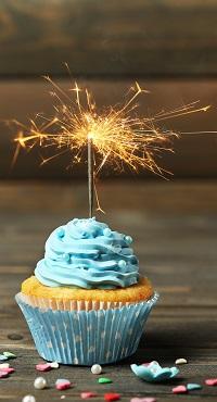 Аватар вконтакте Кексик с голубым кремом и горящим бенгальским огнем на столе