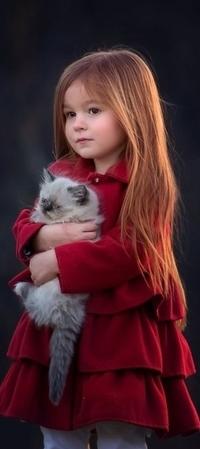 Аватар вконтакте Девочка стоит с кошкой в руках