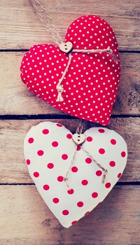 Аватар вконтакте Два сердечка из ткани в горошек на деревянной поверхности