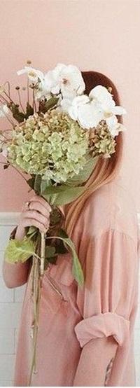Аватар вконтакте Девочка с цветами в руке