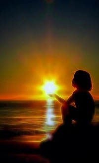 Аватар вконтакте Девочка сидит на фоне заката у моря