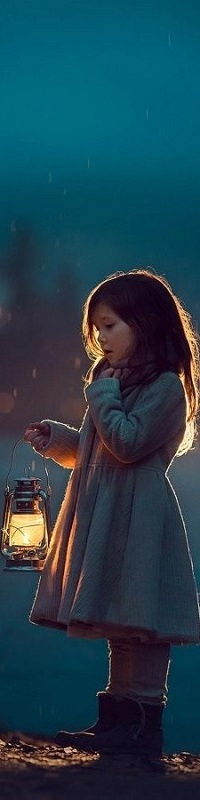 Аватар вконтакте Девочка с горящим фонарем в руке