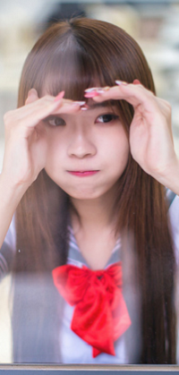 Аватар вконтакте Девушка держит руки у лица