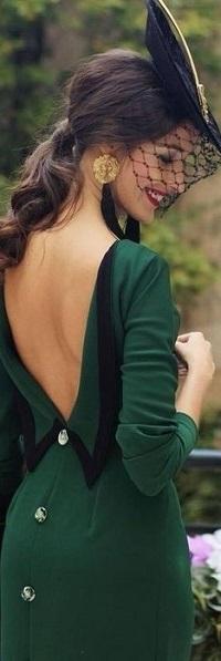 Аватар вконтакте Девушка в оригинальной шляпке, в платье с глубоким вырезом на спине