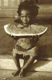 Аватар вконтакте Маленький эфиопец сидит с большим куском арбуза и довольным выражением лица