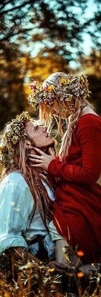 Аватар вконтакте Девушка и парень с венками на голове обнимают друг друга
