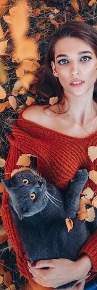 Аватар вконтакте Девушка в свитере с дымчатой кошкой лежит на траве, by Sergey Shatskov