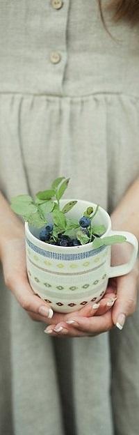 Аватар вконтакте Девушка держит чашку с ягодами