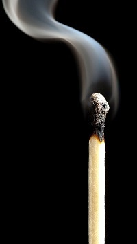 Аватар вконтакте Дымящаяся спичка на черном фоне