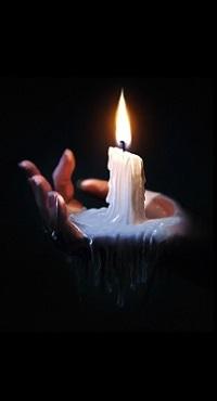 Аватар вконтакте Горящая свеча с оплавленным воскам на ладони в темноте