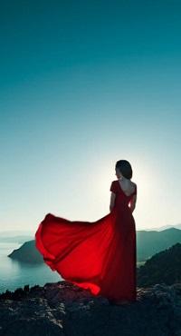 Аватар вконтакте Девушка в красном развевающемся платье стоит спиной на берегу моря на фоне неба, by Oleg Gekman