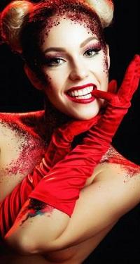 99px.ru аватар Девушка в красных перчатках держит руки у лица