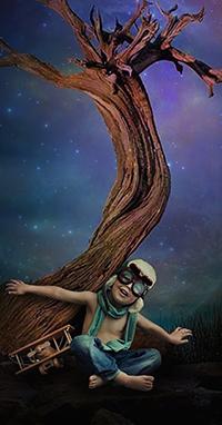Аватар вконтакте Мальчик в пилотских очках и моделью самолета под сухим деревом, фотограф Sergii Vidov
