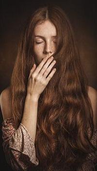 99px.ru аватар Девушка с длинными волосами держит руку у лица