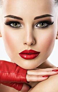 99px.ru аватар Симпатичная девушка держит руку у лица