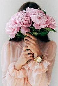 99px.ru аватар Девушка с часами на руке прикрыла лицо букетом пионов