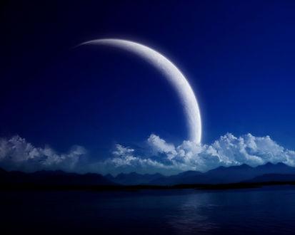 Обои Большущая луна над водой ночью
