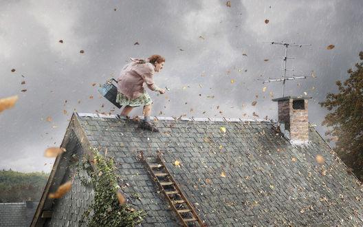 Обои Бабулька телевизионный мастер пробирается по крыше сквозь ветер и ливень