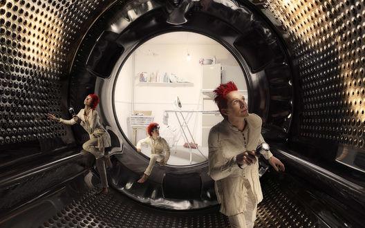 Обои Люди с красными волосами и фонариками внутри барабана стиральной машинки