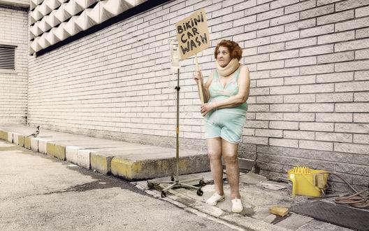 Обои bikini car wash бабулька с объявлением в купальнике, мойка машин