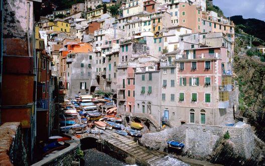 Обои Riomaggiore, Italy (Дома города лепятся к скалам. Внизу море).