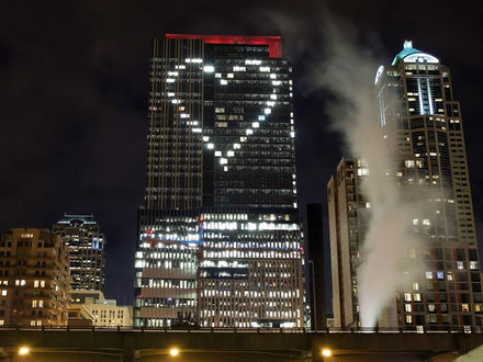Обои Окна высотного здания загорелись в виде сердца