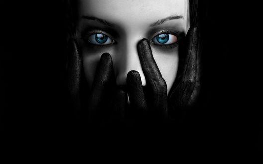 Обои Девушка с глубокими, пронзительно голубыми глазами прикрывает лицо руками в чёрных перчатках