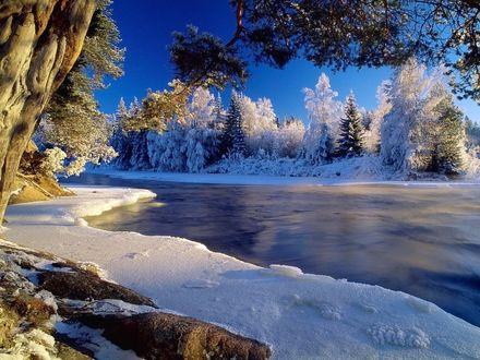 Обои Зимняя река во льду и снегах