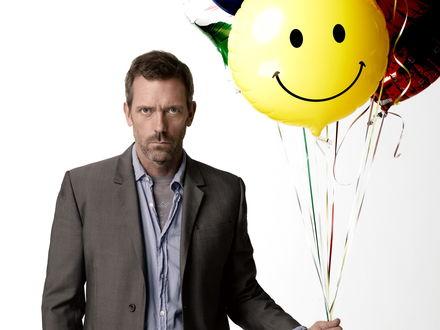 Обои Доктор Хаус с шариком со смайликом
