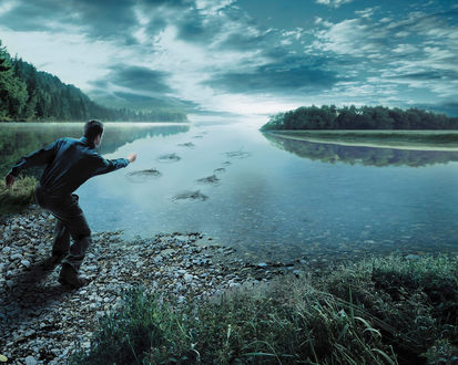 Обои Гладкая поверхность озера, мужчина кидает камни