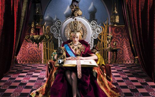 Обои Королева с придворными обезьянками