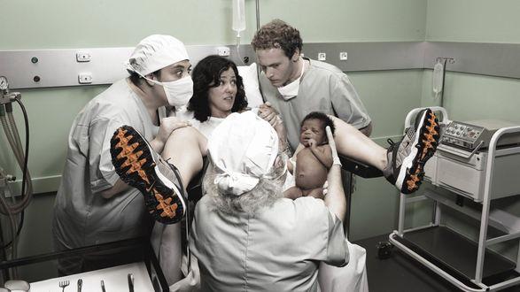 Обои Роды с мужем (муж помогает врачам принять роды, а тут на удивление всем, у белых родителей появляется на свет... негритёнок)
