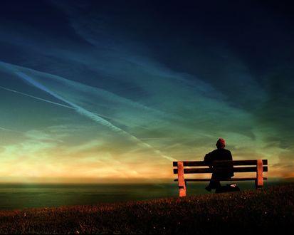 Обои Одинокий мужчина на скамейке во время заката