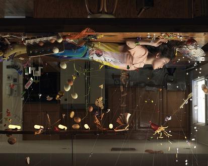 Обои Законы гравитации отменяются, еда и предметы падают на потолок