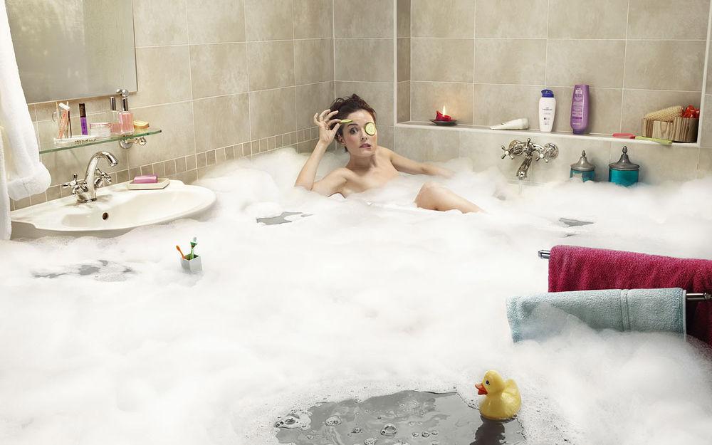 Девушка плавает в ванной