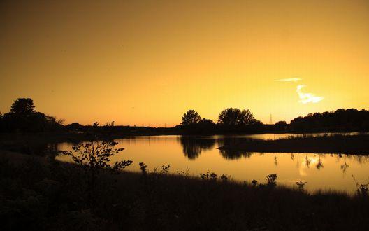 Обои Закат, озеро, видно только силуэты деревьев