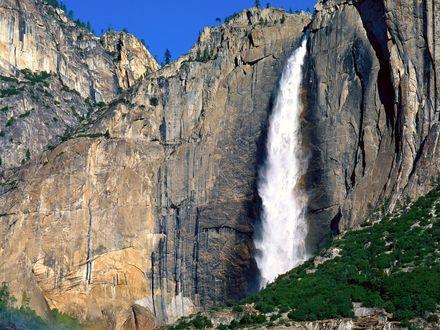 Обои Высоко в горах из расселины в скалах выбиваются бешенные струи водопада