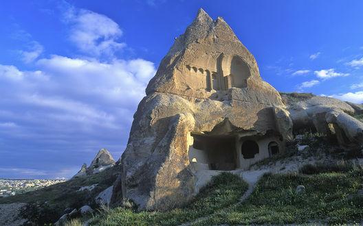 Обои Недостроенный храм, который пытались вырубить в скале